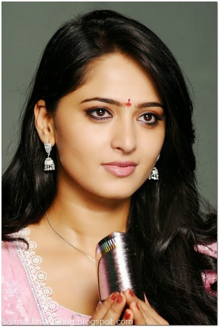 Anushka Sheety Cute Wallpaper