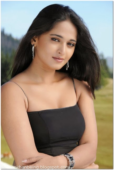 Anushka shetty cleavage wallpaper